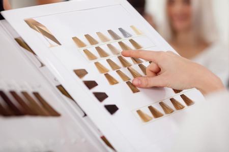 Peluquería Salón De Visitante Que Mira El Libro De Muestras De Color ...