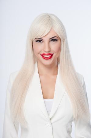 sexualidad: Cintura para arriba retrato de la bella mujer que expresa su sexualidad. Ella está usando peluca blanca y la ropa.