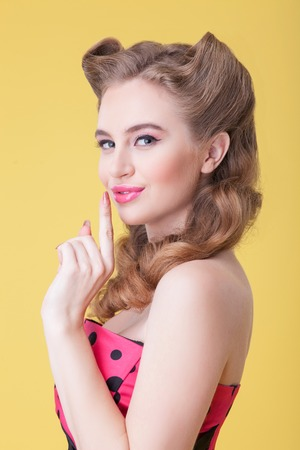 ? ?  ? �silence: C�llate. Cintura para arriba retrato de la hermosa mujer joven que levanta su dedo a los labios. Ella est� mirando la c�mara y sonriendo en secreto. Aislado