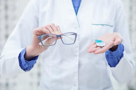 oculista: joven profesional oculista propone llevar gafas bonitas