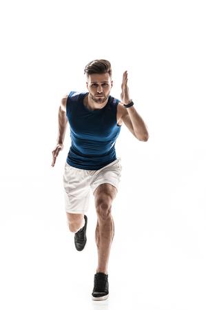 hombres corriendo: Retrato de alegre joven corredor correr con fuerza. El hombre está mirando hacia adelante con el deseo. Aislado en el fondo