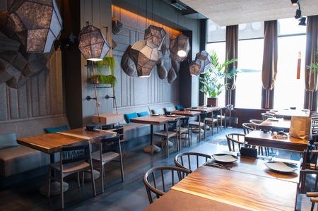 여기서 당신은 먹고 긴장을 풀 수 있습니다. 아름다운 현대적인 인테리어를 갖춘 우아한 레스토랑