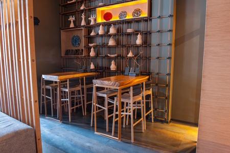 decoracion mesas: modernas mesas de madera con sillas y decoración especial crean un ambiente acogedor en el restaurante