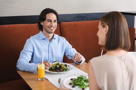 Was halten Sie von diesem Salat. Nettes Paar verbringt viel Zeit im Café am Tag und das Mittagessen, während gesunde Lebensmittel zu essen
