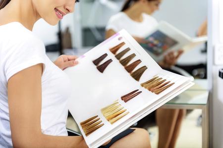 Chica Alegre Sentado En La Barbería Con El Libro De Muestras De ...