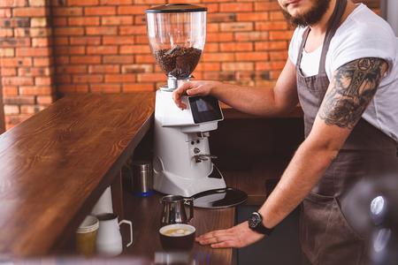 Professionele mannelijke barista werkt in koffiehuis photo