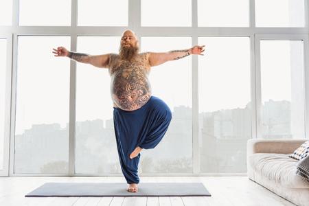 Kalme dikke man ontspannen met meditatie Stockfoto