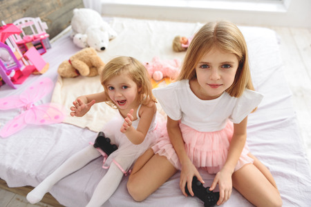 ragazza innamorata: Carefree two sister having fun with videogame