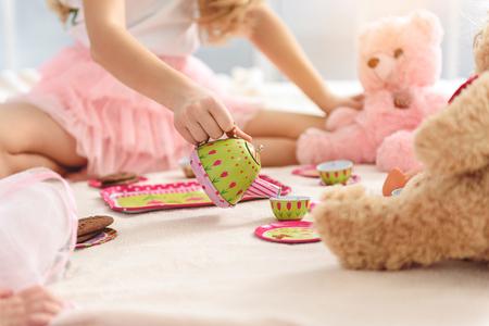 장난감으로 롤빵 싸움을하는 명랑한 아이들.
