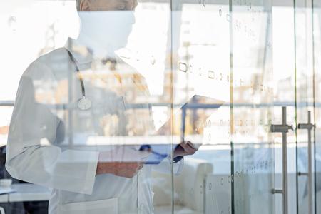 Hogere huisarts te kijken naar de geschiedenis van de ziekte Stockfoto