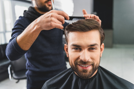 coiffeur: Joyful young guy attending hairdressers