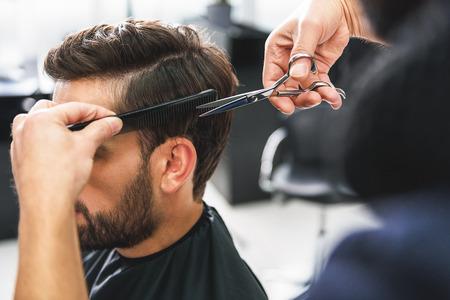 Barber using scissors and comb Zdjęcie Seryjne - 70737313