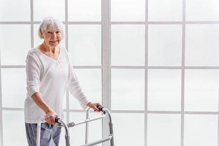 Glimlachend gepensioneerde bedrijfsgoot frame in de hand