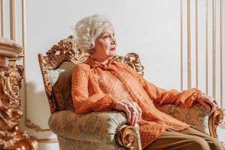 슬픈 늙은 부인은 완전히 혼자입니다.