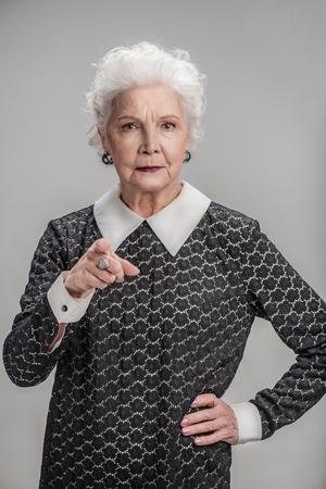 Boze volwassen vrouw gebaren serieus Stockfoto