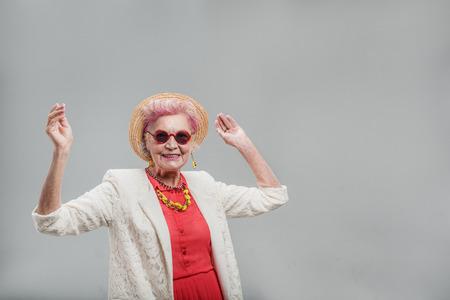 즐거운 시간을 보내고 쾌활한 현대 중간 나이 든 여성