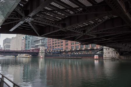 IJzeren bruggen verbinden twee straten
