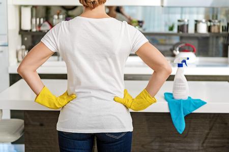 女性は家事の準備ができて