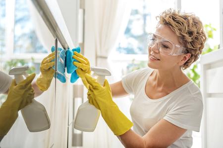 Cuisinière de ménage souriante pour femme Banque d'images - 75586461
