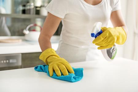 洗浄用スプレーをしている女の人 写真素材