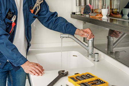 Le réparateur met le bras sur la grue Banque d'images - 75633251