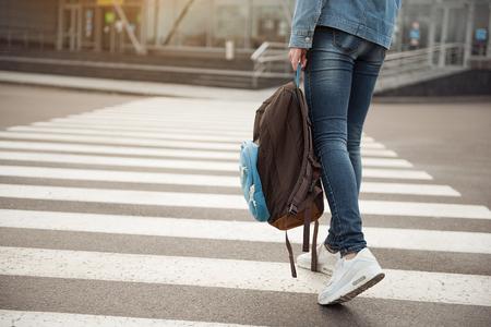 zapatos de seguridad: Joven turista paso a través de la ruta