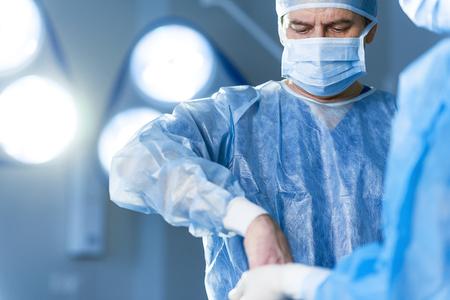 深刻な医師の手術室で