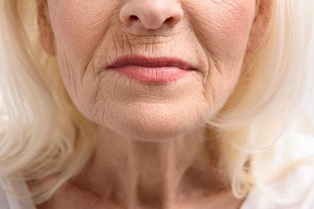 成熟した女性のしわのある唇