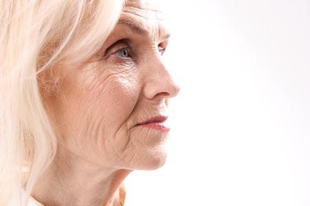 Vecchia donna seria che guarda in avanti