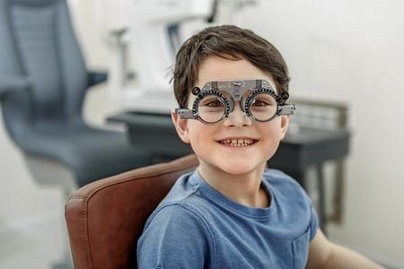 Hilarisch lachend kind in een bril