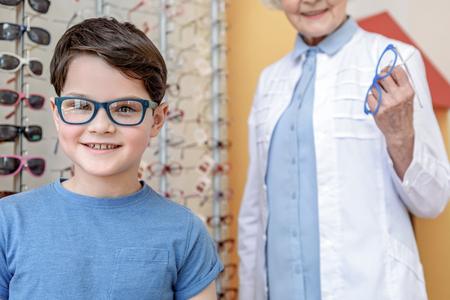 おしゃれなサングラスで陽気な子供 写真素材