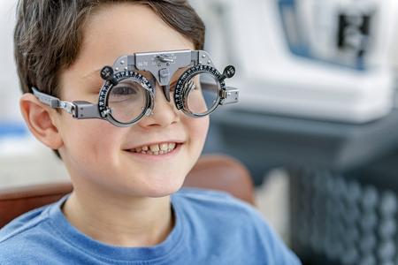 Gelukkige glimlachende jongen in bril