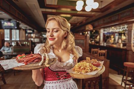 rape: Alegres hembras oliendo salchichas en pub