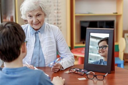 患者と話して幸せの笑みを浮かべて女性古い oculist