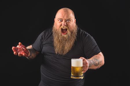 Chico grueso borracho expresando emociones negativas Foto de archivo