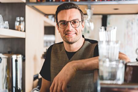 potěšen: Beaming muž mít práci v kavárně Reklamní fotografie