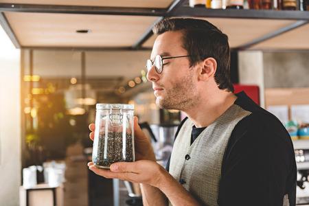 飲料のための嬉しい男スニッフィング葉 写真素材