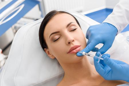 Chica tranquila recibiendo un procedimiento cosmético Foto de archivo - 78446911