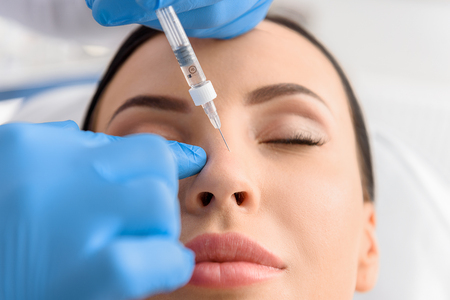 Serene kobiet otrzymujących kolagen w nosie