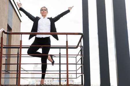 Femme heureuse qui médite sur le balcon Banque d'images - 78538597