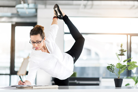 사무실에서 체조 운동을하는 퇴임 비서