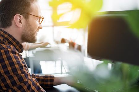 koncentrovaný: Aktivní pracovník s počítačem v kanceláři