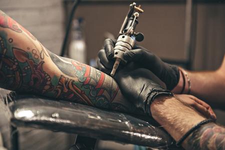 Männlich macht Bild auf Arm Standard-Bild - 78825420