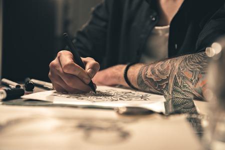 テーブルで男性絵画像 写真素材