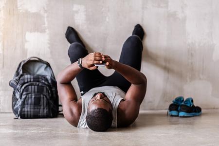 緊張して exercie を仕上げアフリカのひげを生やしたスポーツマン 写真素材