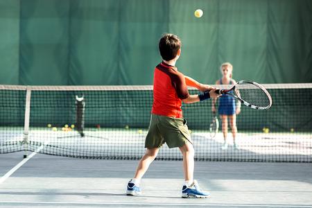 Fröhliche Kinder, die Spaß auf dem Schulspielplatz haben Standard-Bild - 79200451
