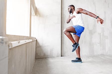 Jonge blauwe atleet gaat springen