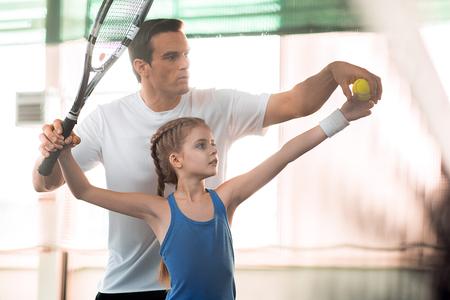 Actief familie tennissen op de baan