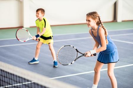 Gelukkige kinderen spelen sport spel op het hof