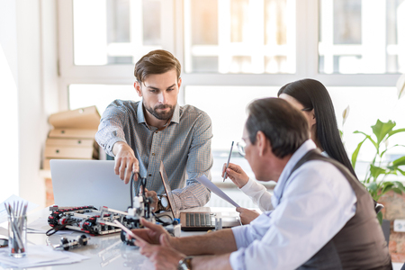 Ingenieros concentrados discutiendo en la oficina Foto de archivo - 79318094